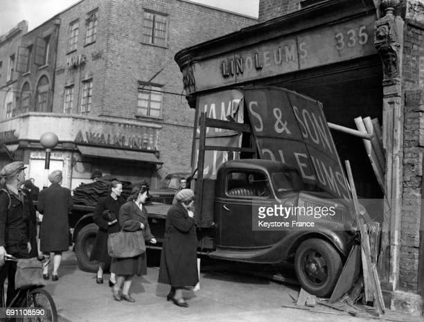 Une scène d'accident après qu'un camion est entré dans la vitrine d'un magasin d'Old Kent Road le 17 octobe 1946 à Londres RoyaumeUni