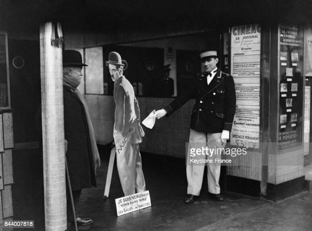 Une silhouette de Charlot devant l'entrée d'un cinéma invite les Parisiens à venir voir un film à Paris France en décembre 1932