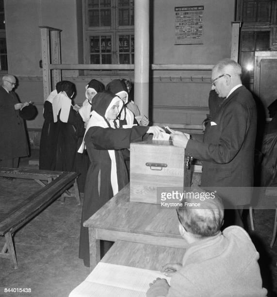 Une Soeur met son bulletin de vote dans l'urne à Paris France le 2 janvier 1956