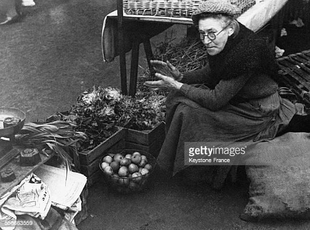 Une vieille dame vend des légumes au marché à CombslaVille France