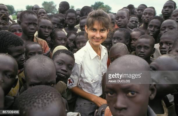 Une volontaire de la CroixRouge a Gurkuo le village aux 10 000 enfants en septembre 1991 a Gurkuo Soudan