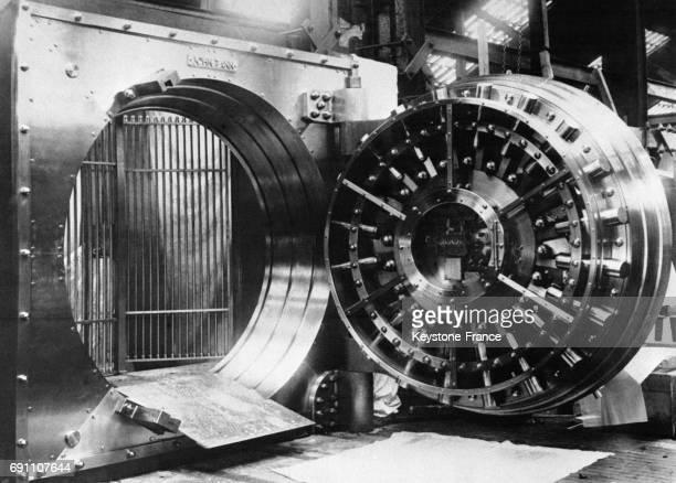 Une vue de la porte d'entrée du coffrefort de la Banque de Grèce à Athènes Grèce en 1935