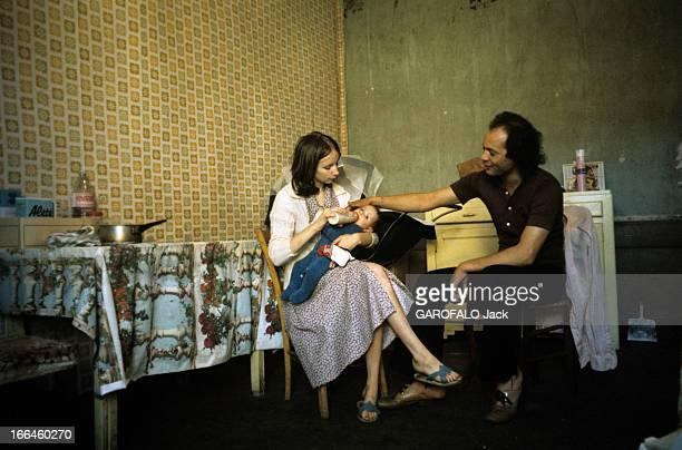 Unemployment In Autun In Saone Et Loire Autun octobre 1975 Chômage dans la ville dans une pièce au papier peint déchiré un couple et leur jeune...