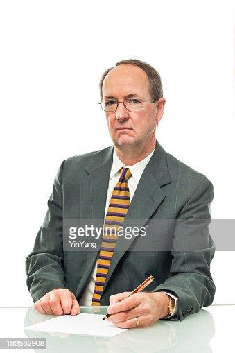 Unfreundliches Grumpy Geschäftsmann, Financial Advisor, Darlehen Officer auf weißem Hintergrund