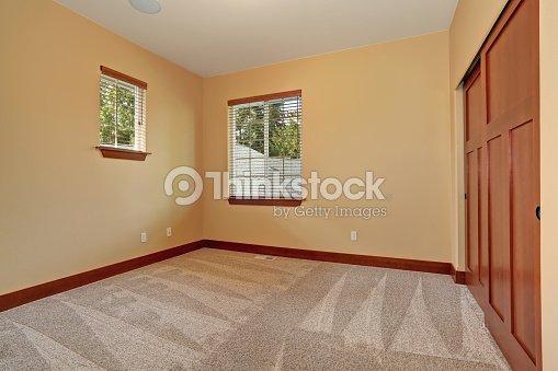 Sin amueblar habitaci n con pintura interior color beige for Ver colores de pinturas para casas interiores