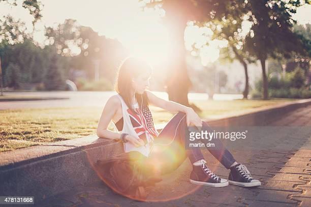 Unglücklich Mädchen hören die Musik im park