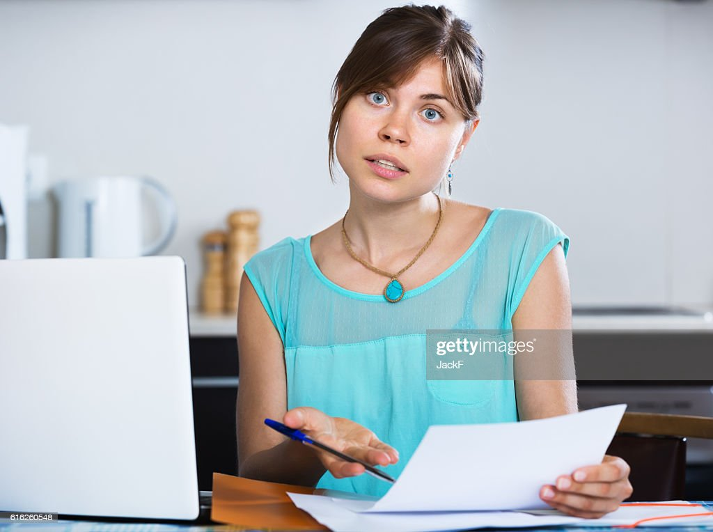 Infeliz housewife leitura do extracto bancário : Foto de stock