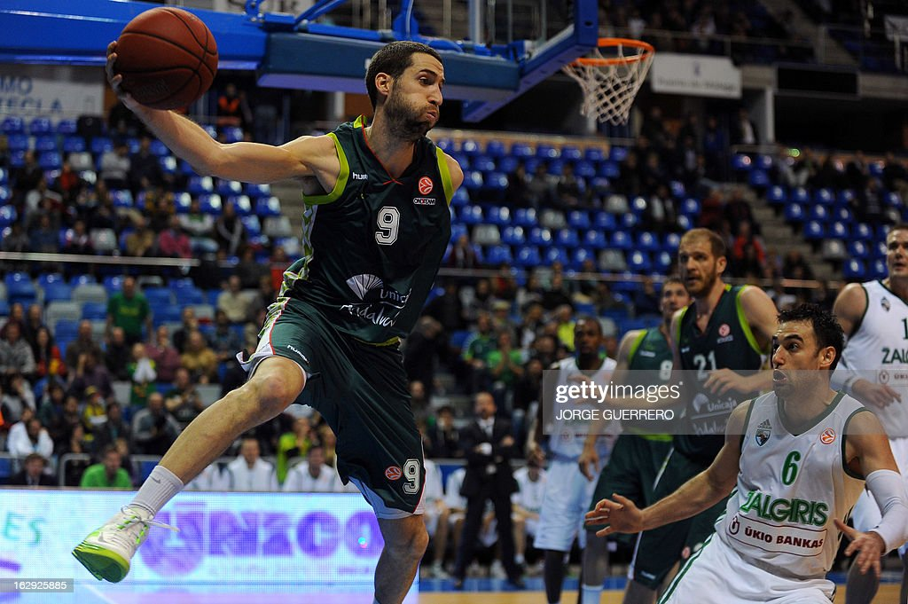Unicaja's guard Sergi Vidal (L) vies with Zalgiris Kaunas' Croatian Marko Popovic (R) during the Euroleague basketball match Unicaja vs Zalgiris Kaunas on March 1, 2013 at the Palacio de los deportes J.M. Martin Carpena sports hall in Malaga. AFP PHOTO / JORGE GUERRERO