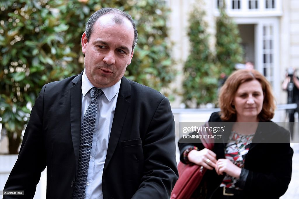 CFTC union general secretary Laurent Berger (L) arrives at the Hotel Matignon in Paris on June 29, 2016 before a meeting on the Socialist government's labour reforms with French Prime minister and French Labour minister. / AFP / DOMINIQUE