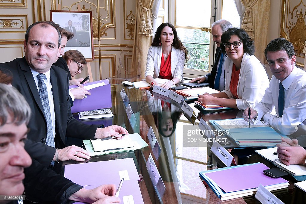 CFTC union general secretary Laurent Berger (2nd L) meets with French Prime minister Manuel Valls (R) and French Labour minister Myriam El Khomri (2nd R) for talks on the Socialist government's labour reforms at the Hotel Matignon in Paris on June 29, 2016. / AFP / DOMINIQUE