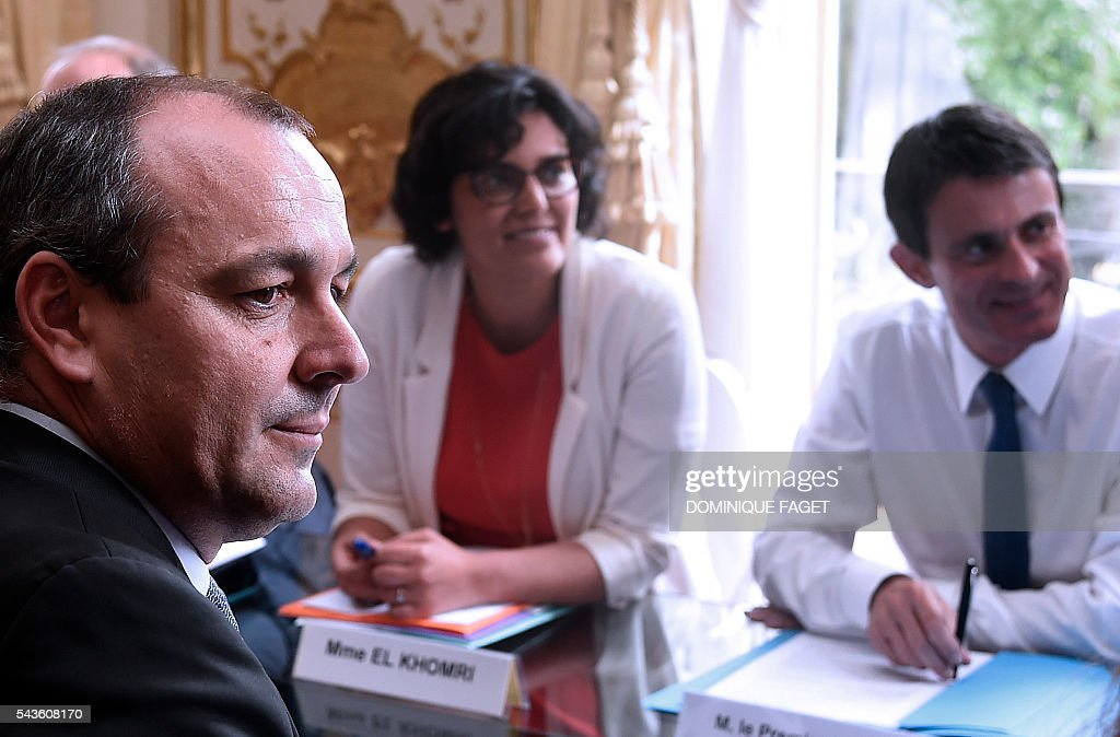 CFTC union general secretary Laurent Berger (L) meets with French Prime minister Manuel Valls (R) and French Labour minister Myriam El Khomri (2nd R) for talks on the Socialist government's labour reforms at the Hotel Matignon in Paris on June 29, 2016. / AFP / DOMINIQUE