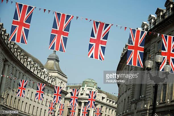 Bandiera britannica Unione Jack appendere su London Street