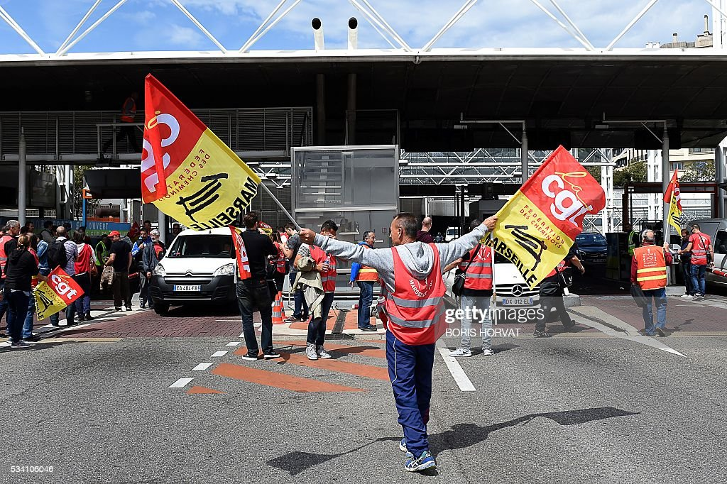 CGT union militants demonstrate against the government's proposed labour reform on May 25, 2016 at a tollgate in Marseille, southeastern France. / AFP / BORIS