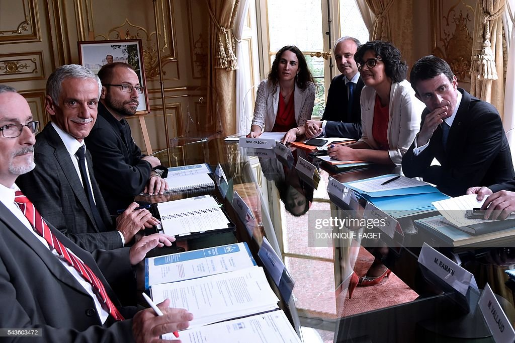 CFTC union president Philippe Louis (2nd L) and CFTC general secretary Bernard Sagez (L) meet with French Prime minister Manuel Valls (R) and el French Labour minister Myriam El Khomri (2nd R) for talks on the Socialist government's labour reforms, at the Hotel Matignon in Paris on June 29, 2016. / AFP / DOMINIQUE
