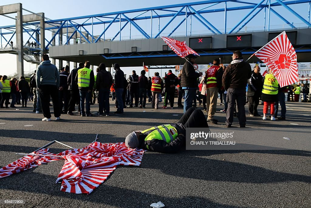 Unionists block the tollgate of the 'Pont de Normandie', in Le Havre northwestern France, on May 26, 2016, to protest against the government's proposed labour reforms. Refinery workers stepped up strikes that threaten to paralyse France weeks ahead of the Euro 2016 tournament as the government moved to break their blockades, escalating a three-month tug-of-war over labour reforms. / AFP / CHARLY