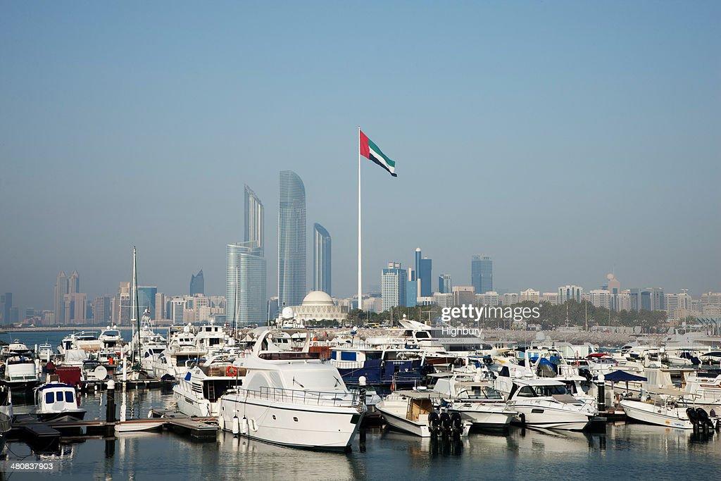 emiratos rabes unidos de los edificios en abu dhabi con puerto en primer plano