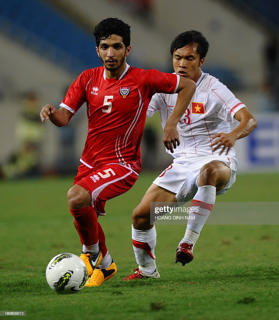 United Arab Emirates midfielder Amer Abdulrahman (L) fights for the ball with Vietnam midfielder Pham Nguyen Sa during the Asian Cup 2015 qualifying match Vietnam vs UAE in Hanoi on February 6, 2013. UAE won 2-1. AFP PHOTO/HOANG DINH Nam