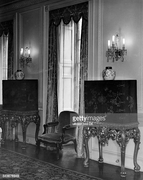 United Kingdom England London St James Palace wall in the parlor with 2 chinese side boards mit baroque stands Photographer Martin Munkacsi Published...
