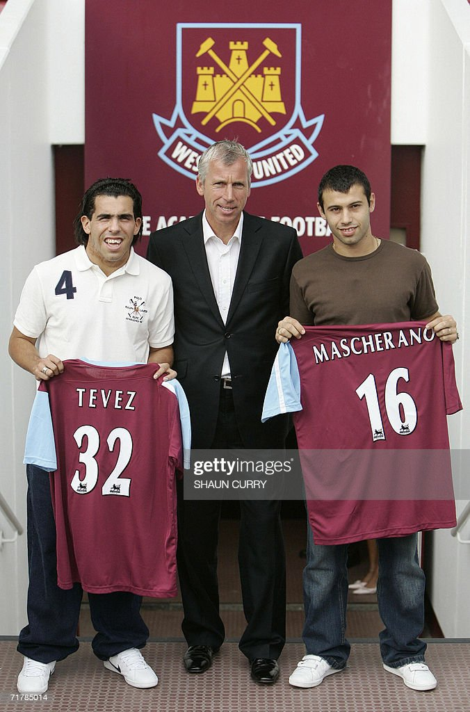 ¿Cuánto mide Carlos Tévez? - Real height United-kingdom-west-ham-football-club-manager-alan-pardew-poses-with-picture-id71785014
