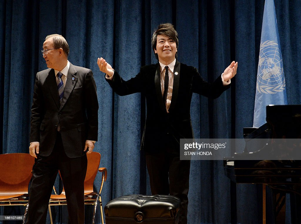 United Nations Secretary General Ban Ki-Moon (L) looks on as Chinese pianist Lang Lang receives applause after being named a United Nations Messenger of Peace October 28, 2013 at UN headquarters in New York. Lang Lang said Monday he is ready to play in a conflict zone as he was named a UN messenger of peace. The 31-year-old virtuoso said he was 'truly humbled' to become a UN messenger alongside the likes of actors George Clooney and Charlize Theron and Nobel laureate Elie Wiesel. Lang Lang played Chopin's 'Waltz No 1' for UN leader Ban Ki-moon to mark his new job and was then asked whether he would be ready to go to Syria or another danger zone. 'When the time comes, I would love to do it,' said Lang Lang, who will concentrate on spreading education in his new role. AFP PHOTO/Stan HONDA
