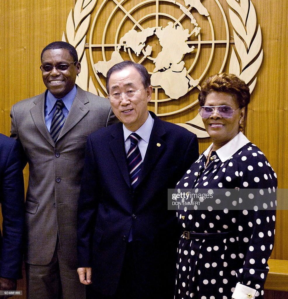 United Nations Secretary General Ban Ki-moon (C) meets with Dionne Warwick (R) and Carl Lewis, FAO Goodwill Ambassadors, October 29, 2009 at the United Nations in New York. AFP PHOTO/DON EMMERT