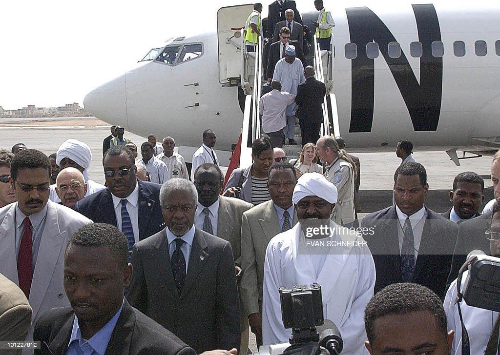United Nations Secretary General Kofi Annan (C-L) is received 27 May 2005 by Sudan President Omar Bashir (C-R) in Khartoum, Sudan, where he will tour the Darfur region.