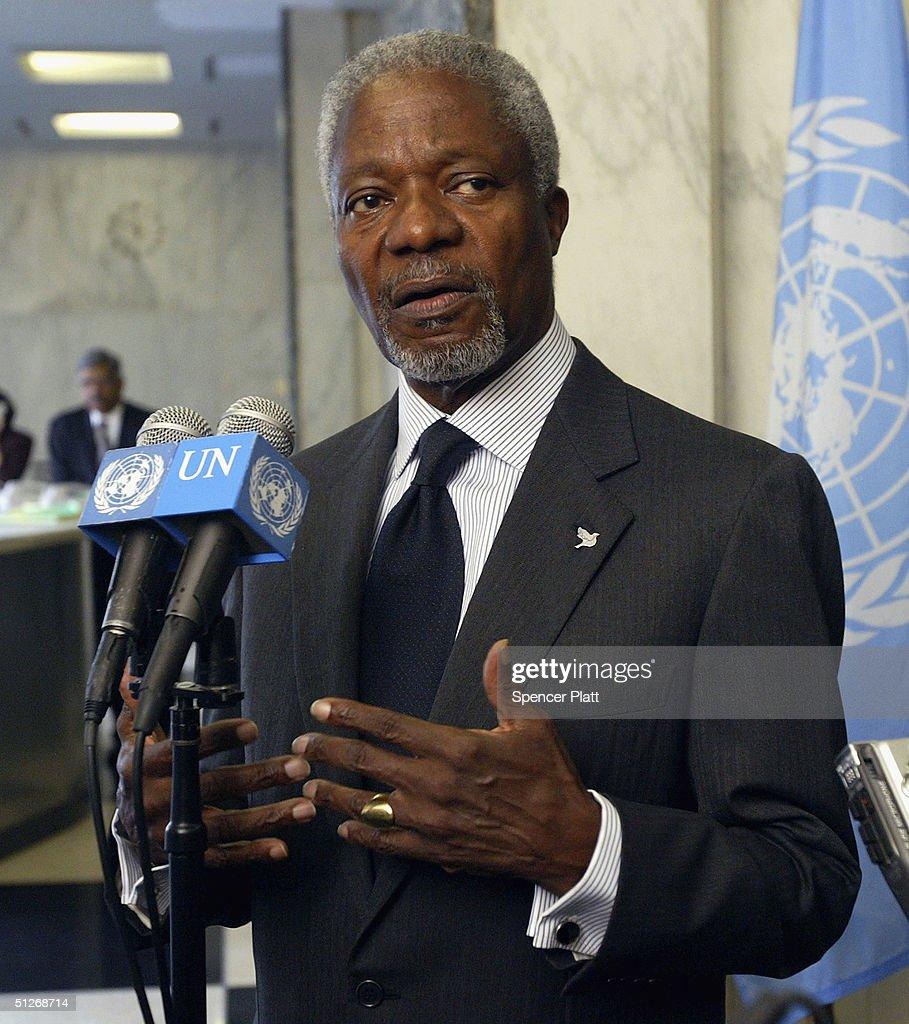photos et images de kofi annan meets leader of sudan people s united nations secretary general kofi annan speaks to the media 7 2004 in new