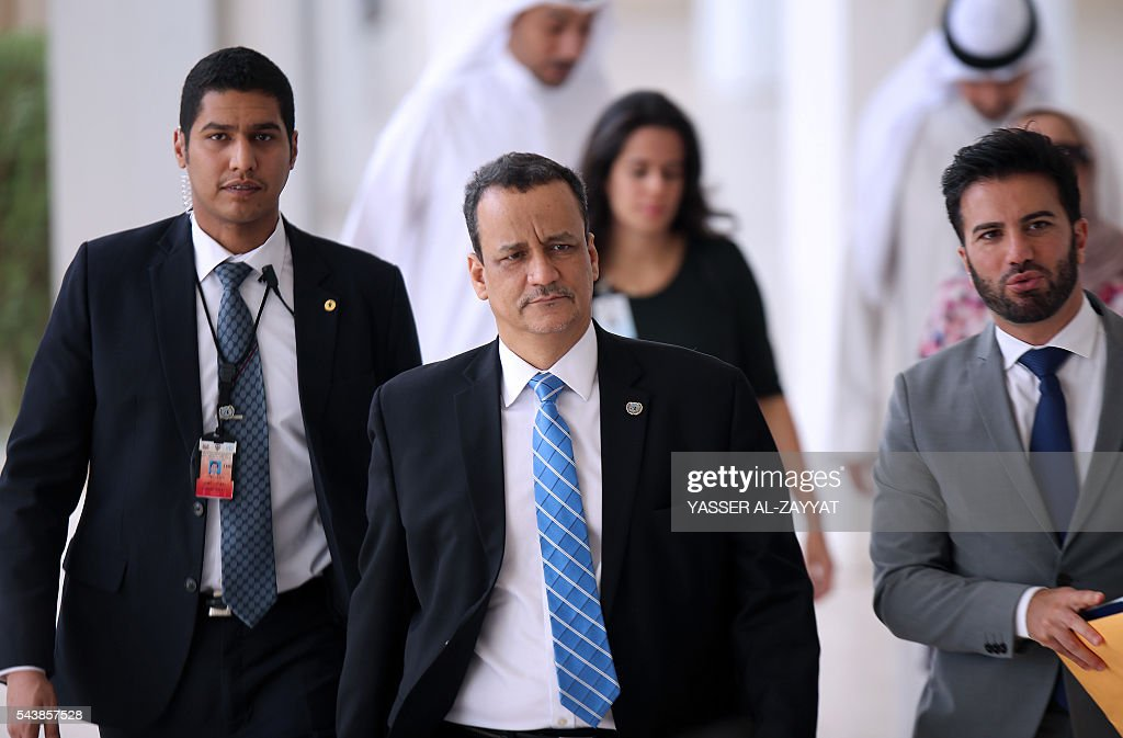 United Nations special envoy to Yemen, Ismail Ould Cheikh Ahmed (C), arrives for a press conference at the ministery of information in Kuwait City on June 30, 2016. / AFP / YASSER