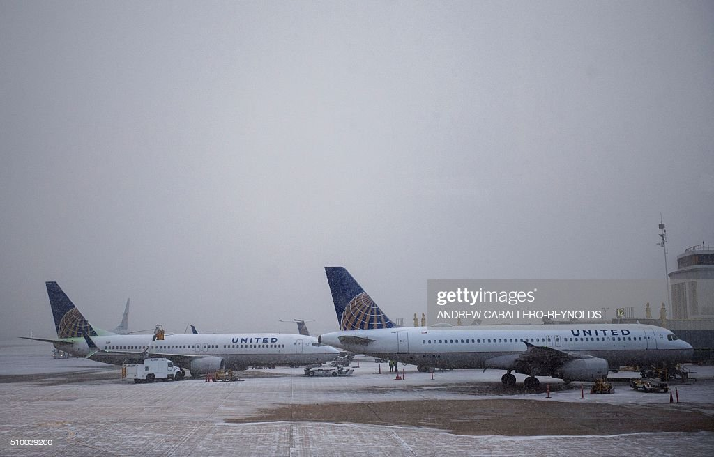 United planes are parked at the terminal at Ronald Regan National Airport in Washington, DC, on February 13, 2016. / AFP / ANDREW CABALLERO-REYNOLDS