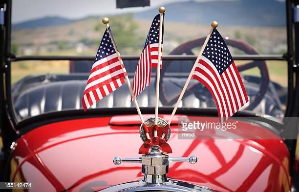 Banderas de Estados Unidos en un coche viejo