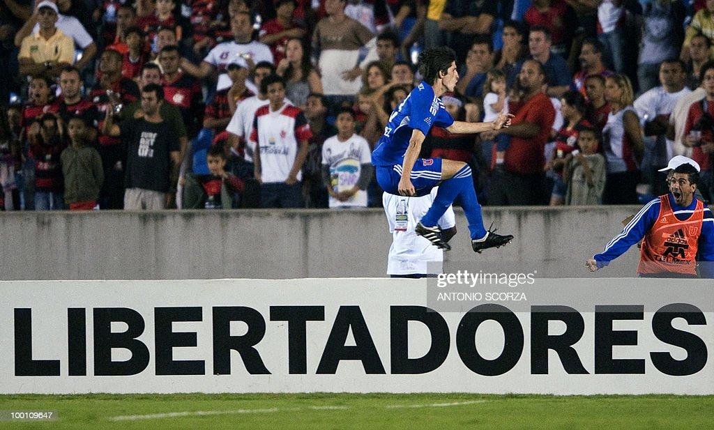 Universidad de Chile player Alvaro Fernandez celebrates his goal against Flamengo during their Libertadores Cup quarterfinal football match on May 12, 2010 at the Maracana stadium in Rio de Janeiro. AFP PHOTO/Antonio SCORZA