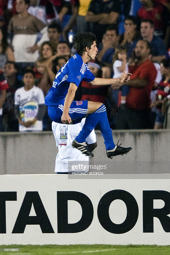 Universidad de Chile player Alvaro Fernandez celebrates his goal against Flamengo during their Libertadores Cup quarterfinal football match on May 12, 2010 at the Maracana stadium in Rio de Janeiro. AFP PHOTO/Antonio SCORZA