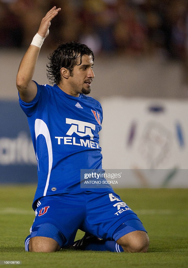 Universidad de Chile player Mauricio Victorino celebrates his goal against Flamengo during their Libertadores Cup quarterfinal football match on May 12, 2010 at the Maracana stadium in Rio de Janeiro. AFP PHOTO/Antonio SCORZA