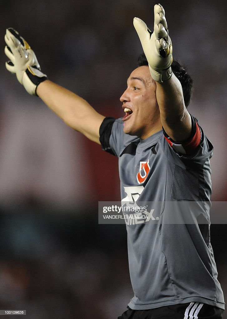Universidad de Chile's goalkeeper Miguel Pinto celebrates the team's goal against Brazil's Flamengo during their Libertadores Cup quarterfinal football match on May 12, 2010 at the Maracana stadium in Rio de Janeiro. AFP PHOTO/Vanderlei ALMEIDA
