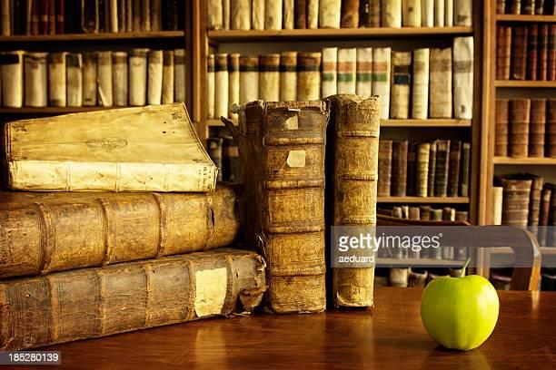 大学図書館シーンにはリンゴ