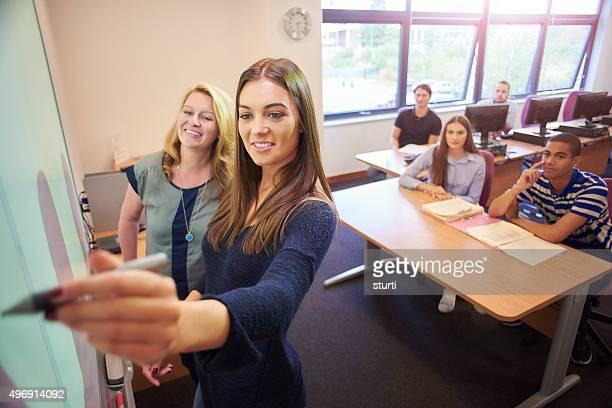 Université étudiants présentant de classe