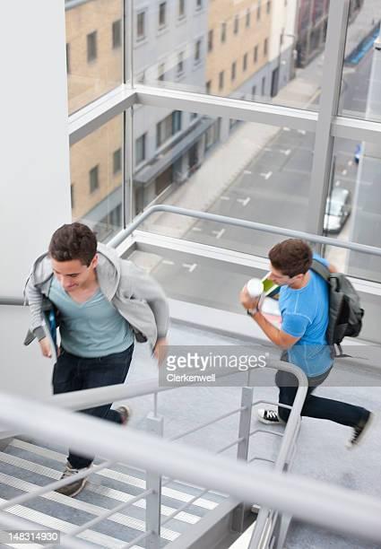 Monter les escaliers de l'université étudiants rushing