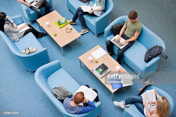 大学の学生で勉強ソファー