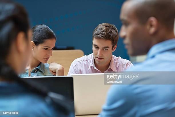 Étudiants de l'université à l'aide d'un ordinateur portable
