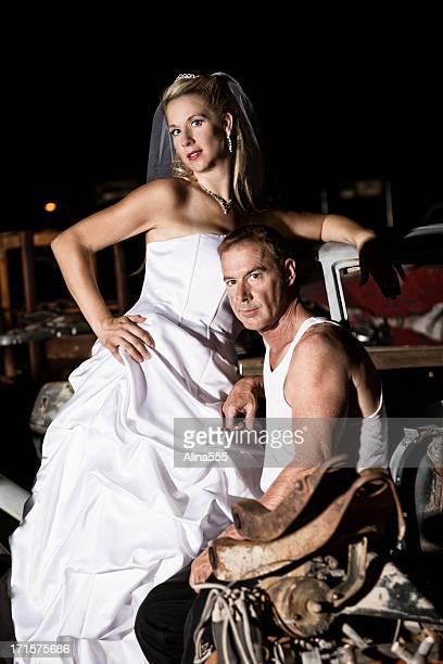 Improbable couple: Femme en robe de mariée avec col bleu