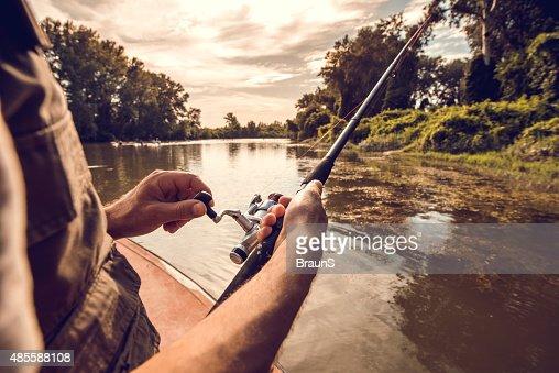 Homem irreconhecível viagem de pesca no Rio.