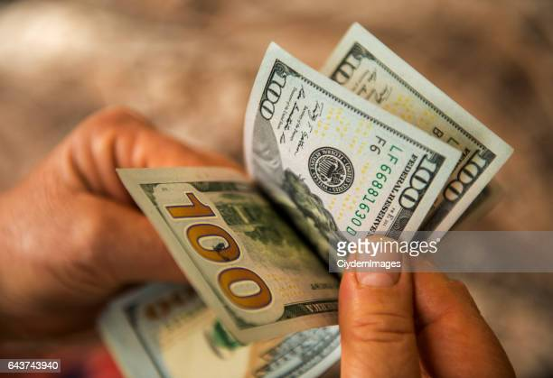 Homme d'âge mûr méconnaissable comptage billets d'un Dollar é.-u.