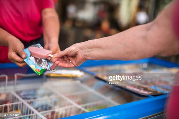 Unerkennbar Person, die eine Eis-Bar von einem Anbieter.