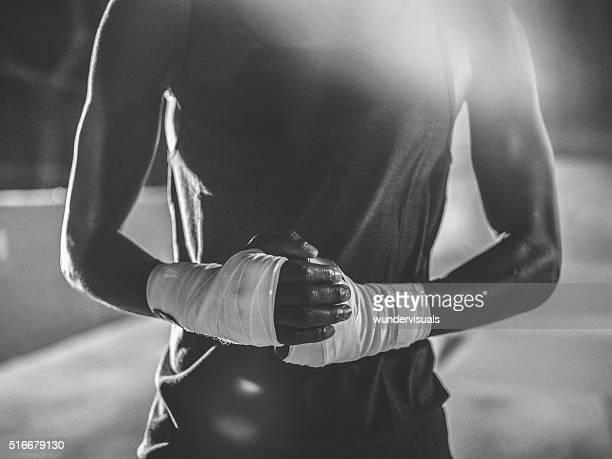 Irreconocible toma de afroamericana boxeador manos