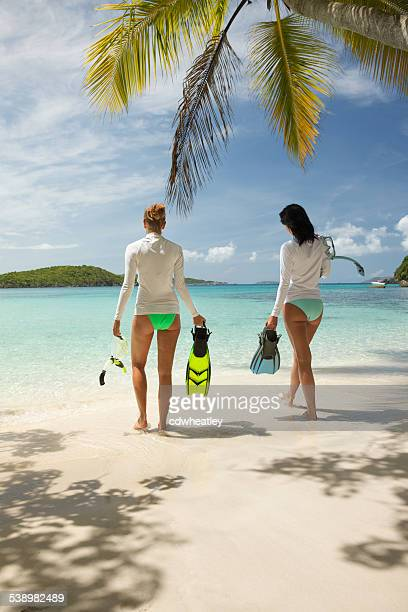 Nicht erkennbare Frauen in den Virgin Islands schnorcheln