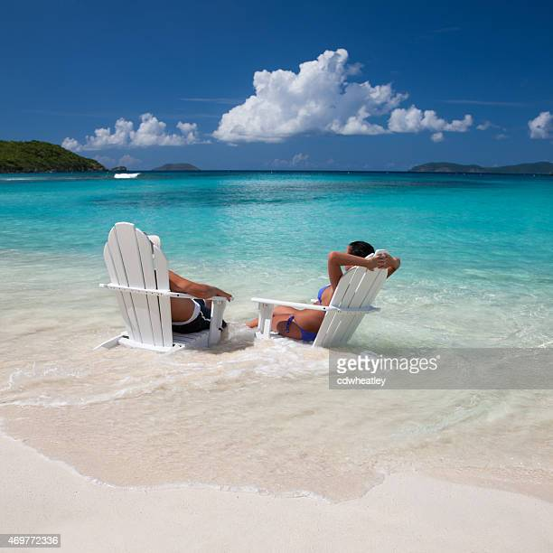 Nicht erkennbare Junges Paar auf der Hochzeitsreise Genießen Sie Ihren Urlaub in der Karibik