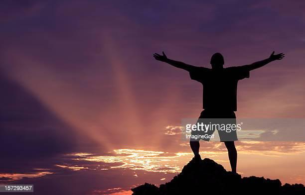 Unrecognizble uomo sollevando le braccia in preghiera