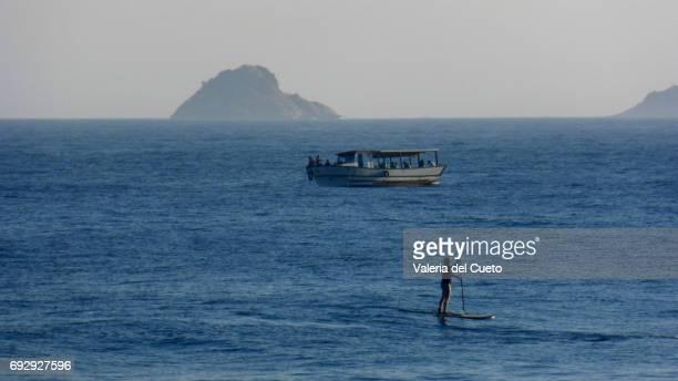 Uns no mar:ilha, barco e standup