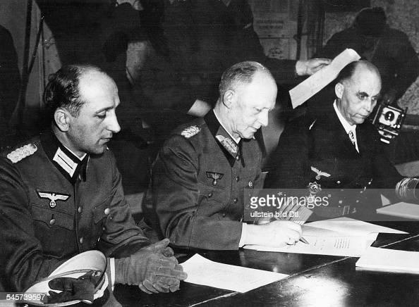 Unterzeichnung der bedingungslosen Gesamtkapitulation Deutschlands durch Vertreter des Oberkommandos der Wehrmacht in der Berufsschule von Reims die...