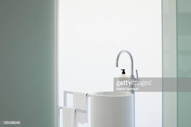 Vertikal Lassen Sie sich im modernen Badezimmer